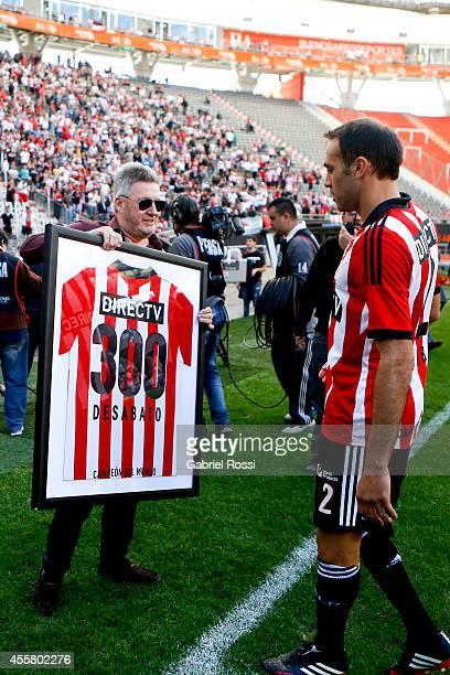 Leandro Desabato of Estudiantes receives the 300 matches tshirt before a match between Estudiantes and Gimnasia y Esgrima La Plata as part of Torneo...