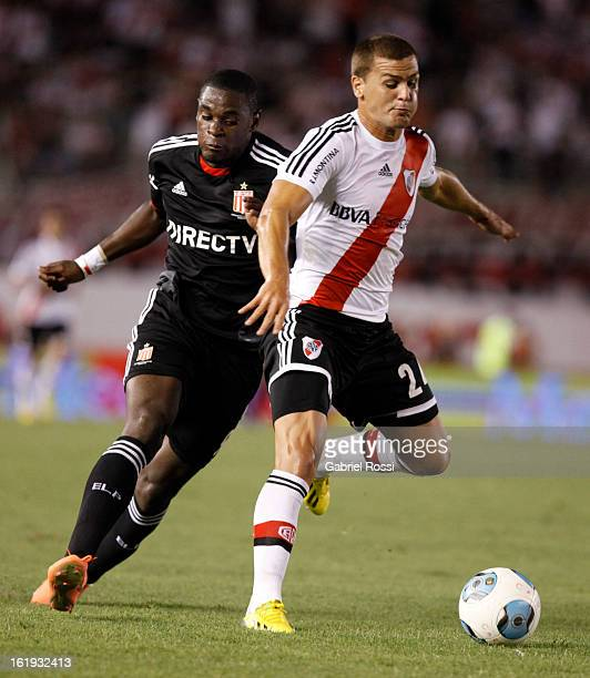 Leandro Gonzalez Pires of River Plate fights for the ball with Duvan Zapata of Estudiantes during the match between River Plate and Estudiantes of...