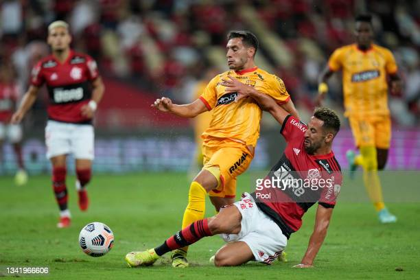 Leandro Martinez of Barcelona SC fights for the ball with Mauricio Isla of Flamengo during a semi final first leg match between Flamengo and...