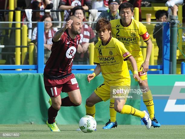 Leandro of Vissel Kobe in action during the JLeague match between Kashiwa Reysol and Vissel Kobe at the Hitachi Kashiwa soccer stadium on April 30...