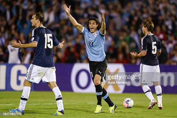 Leandro Somoza with Lucas Biglia of Argentina and Edinson Cavani of Uruguay reacts with the referee during a match between Uruguay and Argentina as...