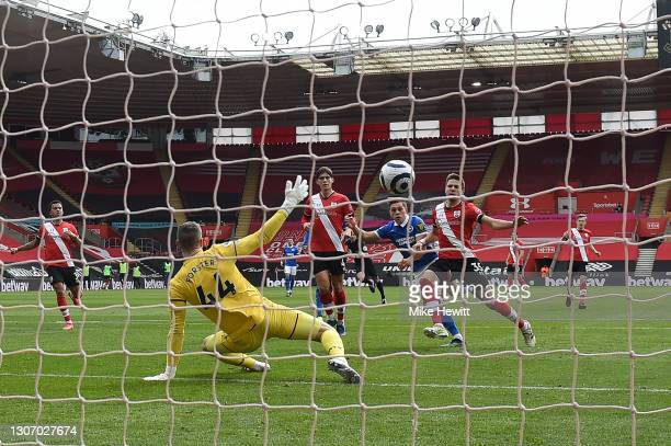 Leandro Trossard of Brighton & Hove Albion shoots past Fraser Forster of Southampton to score his teram's 2nd goal during the Premier League match...