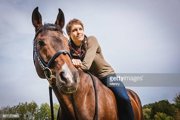 Lehnend auf meine Pferd und Reiter junge Frau