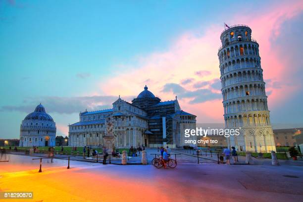 leaning tower of pisa and statue, pisa, tuscany, italy - pisa stock pictures, royalty-free photos & images