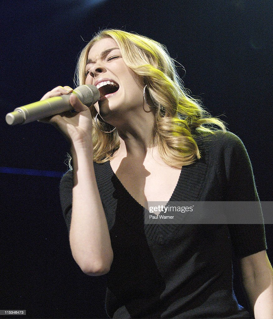 Country Cares Holiday Concert to Benefit Hurricane Relief Show - December 8, 2005 : ニュース写真