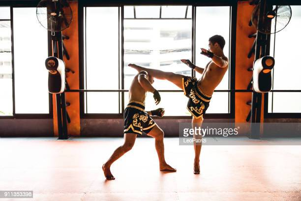 learning kick boxing at the gym - muay thai imagens e fotografias de stock