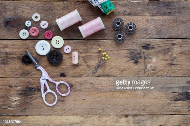 learning objects: begninner sewing kit required to get learning sew on wooden table background. directly above and copy space. - botón mercería fotografías e imágenes de stock