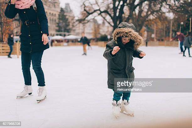 learning to ice-skate - patinar - fotografias e filmes do acervo