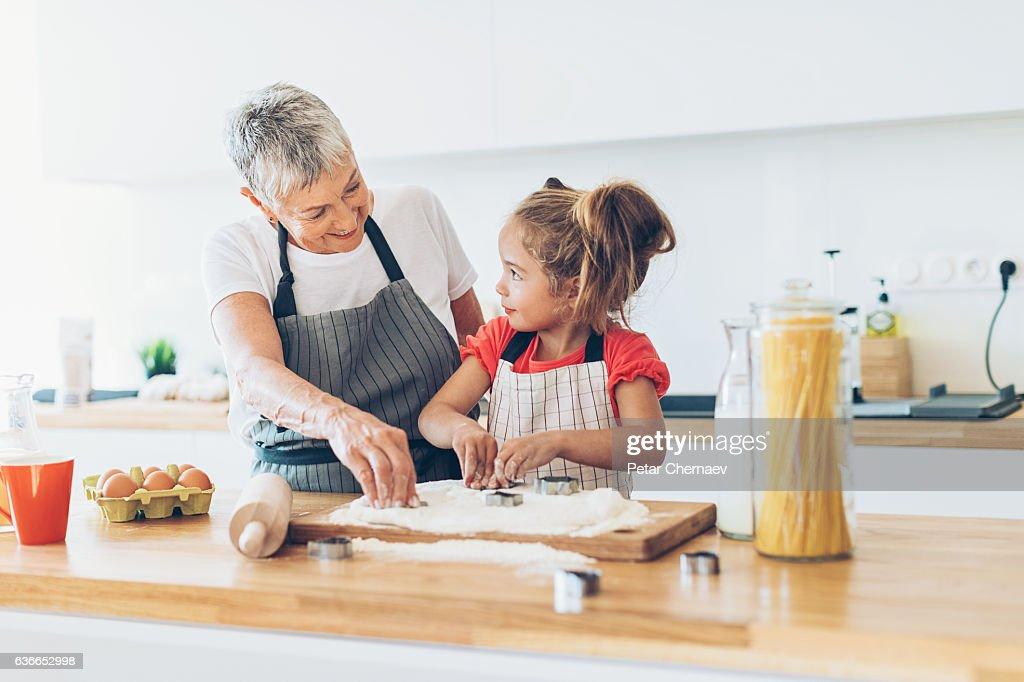 Learning to make cookies like grandma : Stock-Foto