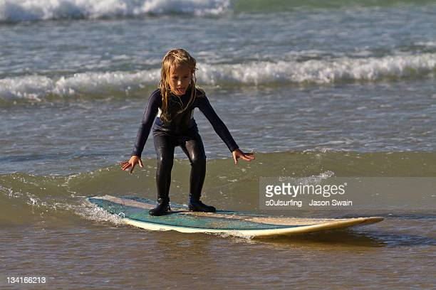 learning to surf - s0ulsurfing stock pictures, royalty-free photos & images