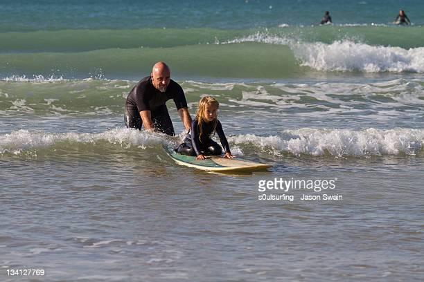 learning to surf with dad - s0ulsurfing photos et images de collection