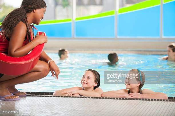Lernen, schwimmen Sie von einem Rettungsschwimmer