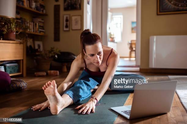 learning yoga at home - on the move - fotografias e filmes do acervo