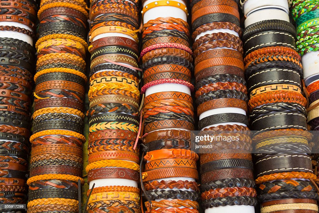 Braceletes de couro com diferentes formas e cores : Foto de stock