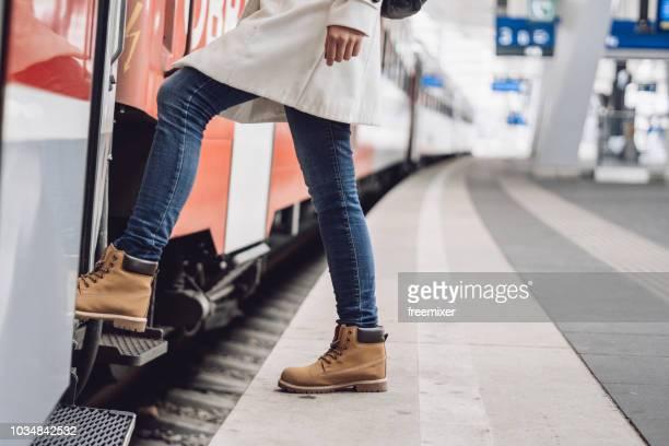 salir en tren - entrando fotografías e imágenes de stock