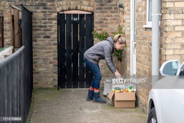leaving goods at doorstep - assistance stock pictures, royalty-free photos & images