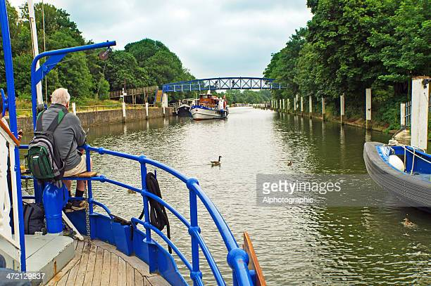 leaving teddington lock - teddington stock pictures, royalty-free photos & images