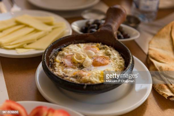 lebanese breakfast - eggs cooked in skillet with cheese, tomato and flatbread - lebanon stock photos and pictures