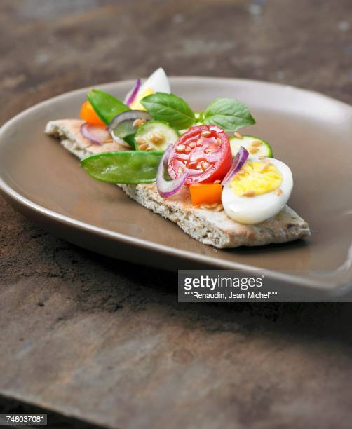 lebanese canap with raw vegetables - canap�� photos et images de collection