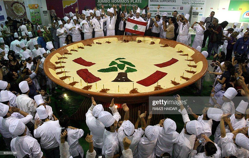 Lebanese chefs celebrate around a large : Nachrichtenfoto