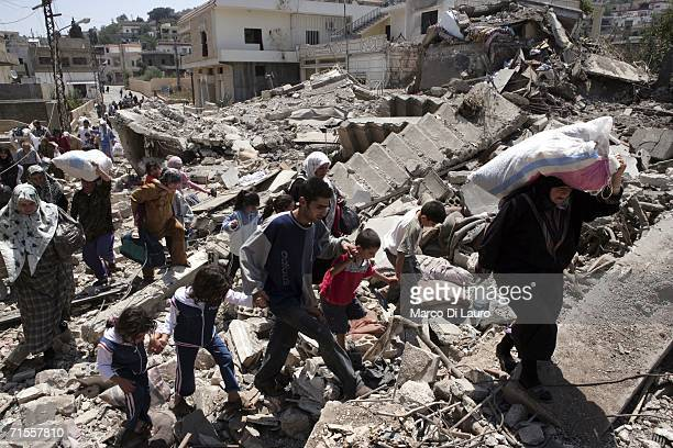 Lebanese civilians try to flee after being trapped as a result of the Israeli bombing campaign on August 1 2006 in the village of Aitaroun near Bint...