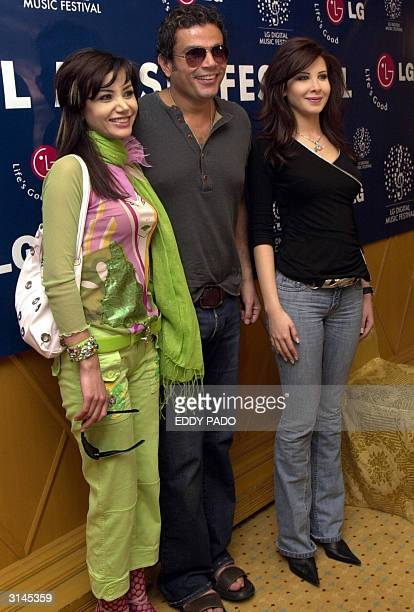 Lebanese singers Nancy Ajram and Katia Harb pose with Egyptian singer Amro Diab in Dubai 24 March 2004 AFP Photo/Eddy PADO
