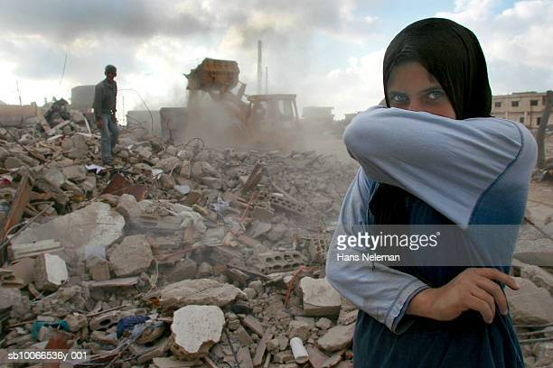 lebanon, sidiken, girl in destroyed town covering mouth from ashes, portrait - vítima - fotografias e filmes do acervo
