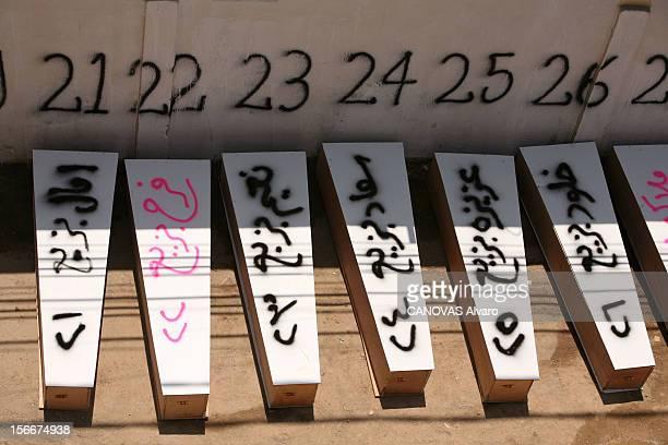 Lebanon The Bloody Road To Exodus Les obsèques de 80 victimes des bombardements israéliens à TYR alignés contre le mur de l'hôpital les cercueils des...