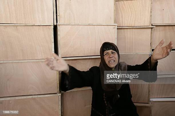 Lebanon The Bloody Road To Exodus Les obsèques de 80 victimes des bombardements israéliens à TYR adossée à une pile de cercueils vides une femme en...
