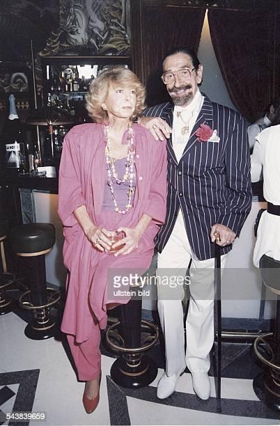 Lebemann und Partykönig Don Jaime de Mora y Aragón der Bruder der belgischen Königin Fabiola Auf einen Stock mit vergoldetem Knauf gestützt trägt er...