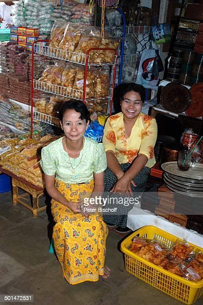Lebensmittel-Händlerin, Einkaufsstraße mit kleinen Läden, bei Markthalle, Yangon , Hauptstadt von Myanmar , Asien, Frau, Frauen, Einheimische, Reise,...