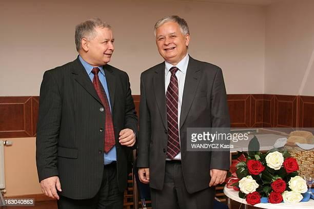 Lech And Jaroslaw Kaczynski Les frères jumeaux Lech et Jaroslaw KACZYNSKI figures montantes de la scène politique polonaise posent ensemble en...
