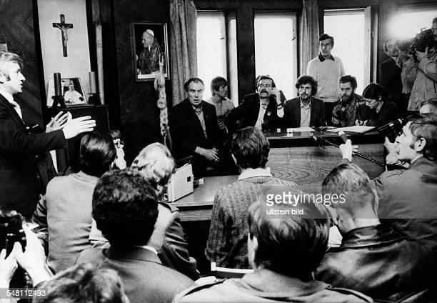 Lech Walesa und andere Mitglieder der Delegation der freien Gewerkschaften diskutieren mit Mitgliedern des Clubs der katholischen Intellektuellen in...