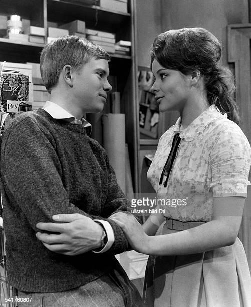 """Lechtenbrink, Volker *-Saenger, Schauspieler, D- mit Loni von Friedl in """"Das Paradies"""" von Birabeau- 1960"""