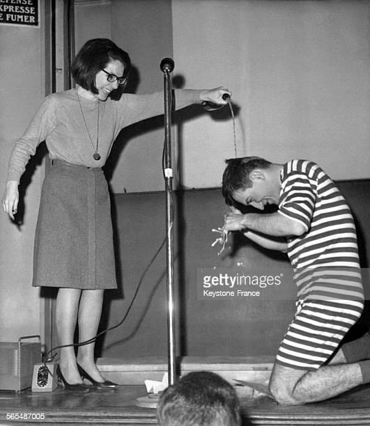 A l'Ecole Centrale la marraine de la promotion 1964 verse du champagne sur la tête du premier de la classe en sousvêtements à rayures à Paris France...