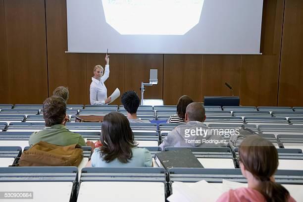 lecture hall prsentation - overheadprojector stockfoto's en -beelden