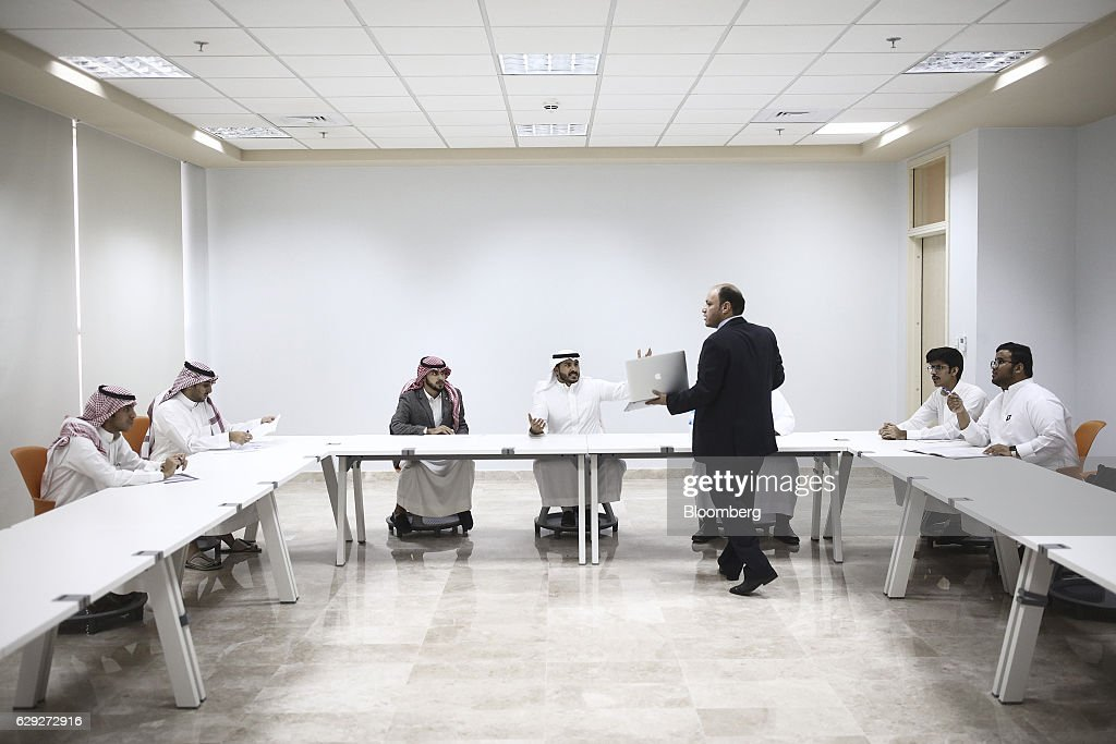 Business Students At Sulaiman Al-Rajhi College As Saudi's Try To Create A  More Innovative And Diverse Economy : Nachrichtenfoto