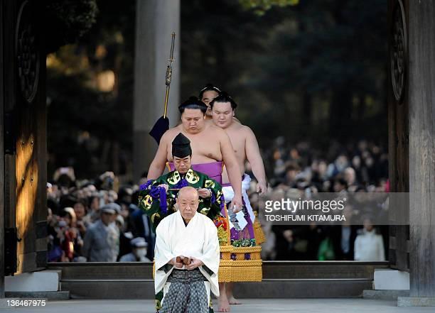 Led by Tateyobidashi or head of ring attendant Hideo Tategyojji or head of sumo referee Shonosuke Kimura and Tsuyuharai or forerunner Kyokutenho...