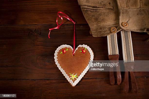 Lederhose-Trachtenmode und Lebkuchen-Herzen