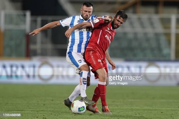 Ledian Memushaj of Pescara Calcio battles for the ball with Pietro Iemmello of AC Perugia during the Serie B match between Pescara Calcio and AC...