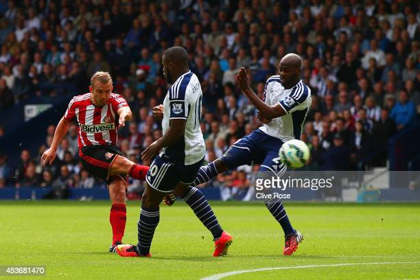 Lee Cattermole of Sunderland scores the opening goal during the Barclays Premier League match between West Bromwich Albion and Sunderland at The...