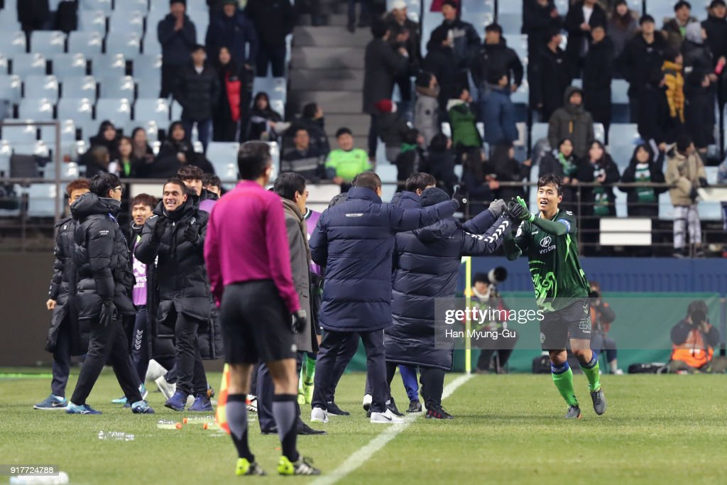 Lee Dong-gook (1st R) of Jeonbuk Hyundai Motors celebrates scoring his side's third goal with his team mates during the AFC Champions League Group E match between Jeonbuk Hyundai Motors and Kashiwa Reysol at the Jeonju World Cup Stadium on February 13, 2018 in Jeonju, South Korea.