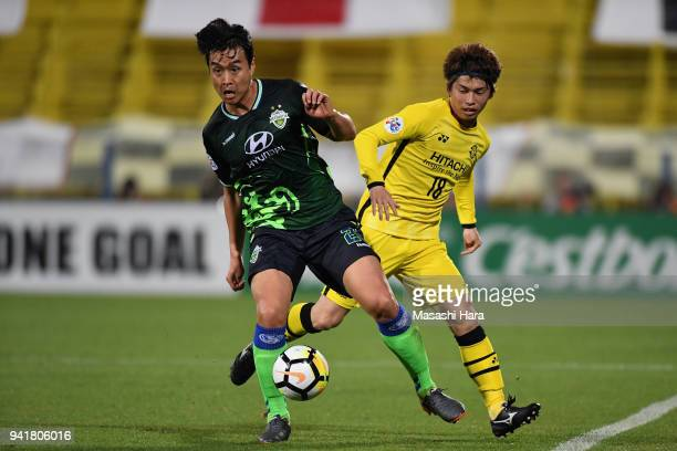 Lee Donggook of Jeonbuk Hyundai Motors controls the ball under pressure of Yusuke Segawa of Kashiwa Reysol during the AFC Champions League Group E...