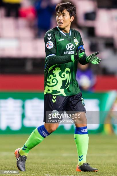 Lee DongGook of Jeonbuk Hyundai Motors FC reacts during the AFC Champions League 2018 Group E match between Jeonbuk Hyundai Motors FC and Kashiwa...
