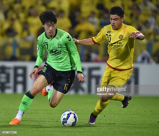 Lee Jae Sung of Jeonbuk Hyundai Motors and Cristiano Da Silva of Kashiwa Reysol compete for the ball during the AFC Champions League Group E match...