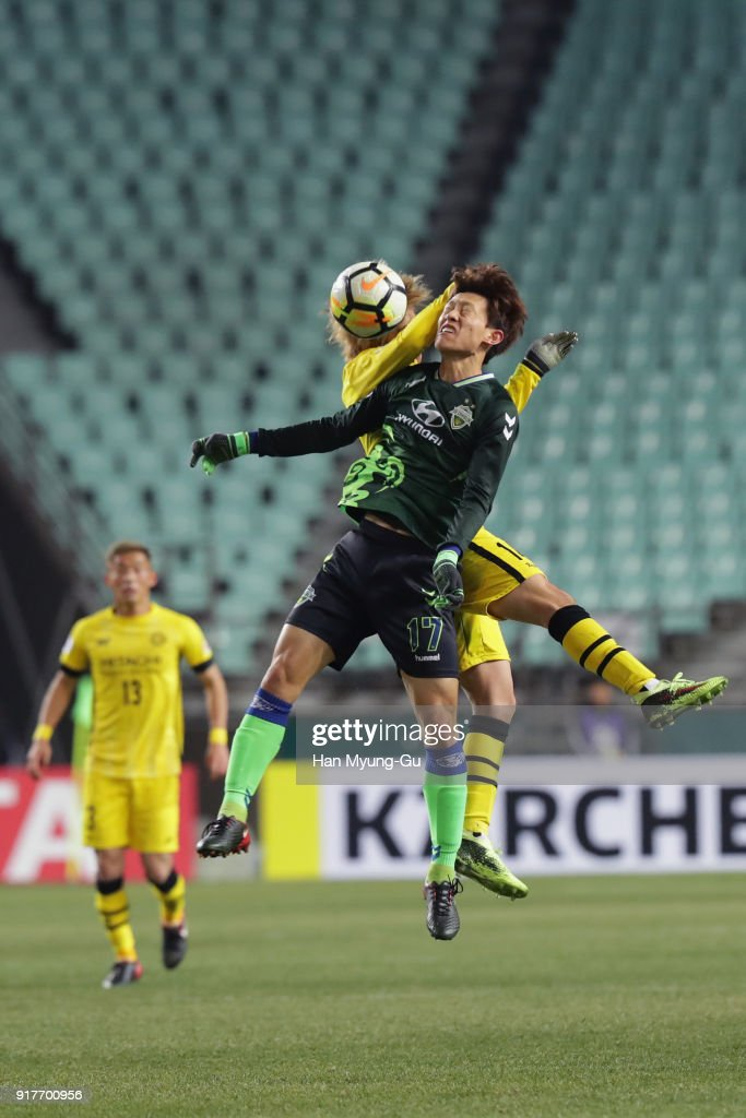 Lee Jae-sung of Jeonbuk Hyundai Motors and Junya Ito of Kashiwa Reysol compete for the ball during the AFC Champions League Group E match between Jeonbuk Hyundai Motors and Kashiwa Reysol at the Jeonju World Cup Stadium on February 13, 2018 in Jeonju, South Korea.