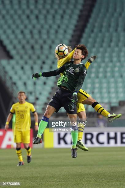 Lee Jaesung of Jeonbuk Hyundai Motors and Junya Ito of Kashiwa Reysol compete for the ball during the AFC Champions League Group E match between...