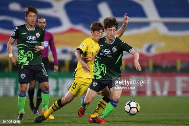 Lee Jaesung of Jeonbuk Hyundai Motors controls the ball under pressure of Kim Bokyung of Kashiwa Reysol during the AFC Champions League Group E match...