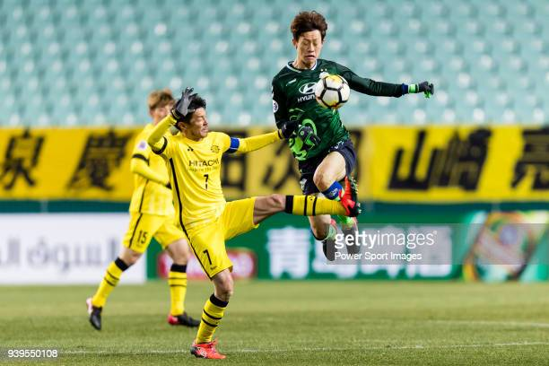 Lee JaeSung of Jeonbuk Hyundai Motors FC fights for the ball with Hidekazu Otani of Kashiwa Reysol during the AFC Champions League 2018 Group E match...