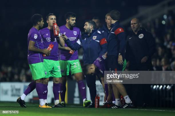Lee Johnson manager of Bristol City speaks with his players during the Sky Bet Championship match between Fulham and Bristol City at Craven Cottage...